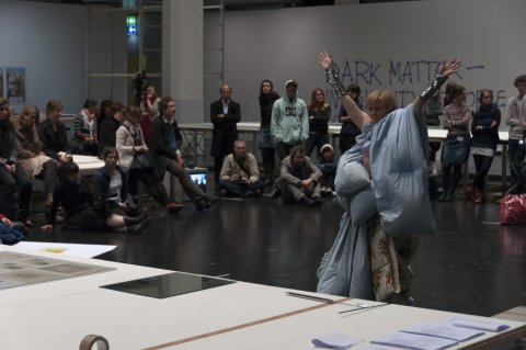 Moments - Meg Stuart performs in view of Fortis playing Face Tunes (2012) - ZKM, Karlsruhe, Allemagne - 2012